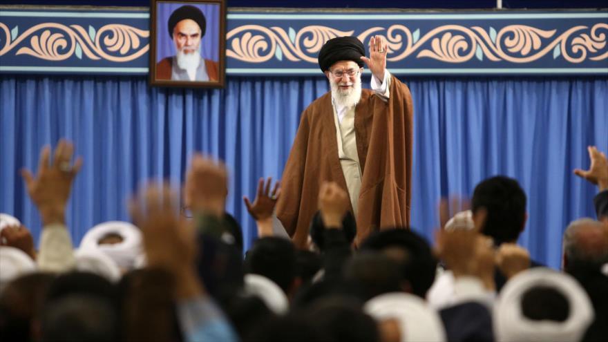 Líder de la Revolución islámica de Irán, el ayatolá Seyed Ali Jamenei, se reúne con los asistentes de un congreso sobre chiismo, 12 de mayo de 2018.