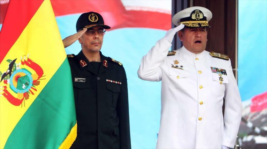 El jefe del Estado Mayor de las Fuerzas Armadas de Irán, Mohamad Husein Baqeri (izq.), recibe a su par de Bolivia, el almirante Yamil Octavio Borda Sosa.