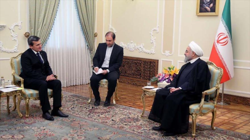 El presidente iraní, Hasan Rohani (dcha.), se reúne con el canciller turcomano, Rashid Meredov, en Teherán, 12 de mayo de 2018.