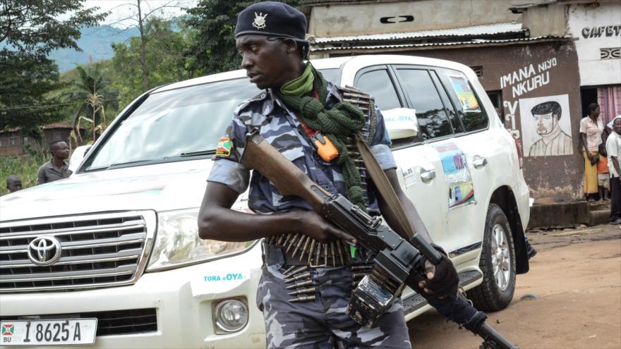 Un agente de seguridad vigila campaña de la oposición contra un referéndum impulsado por el Gobierno cerca de Bujumbura (Burundi), 11 de mayo de 2018.