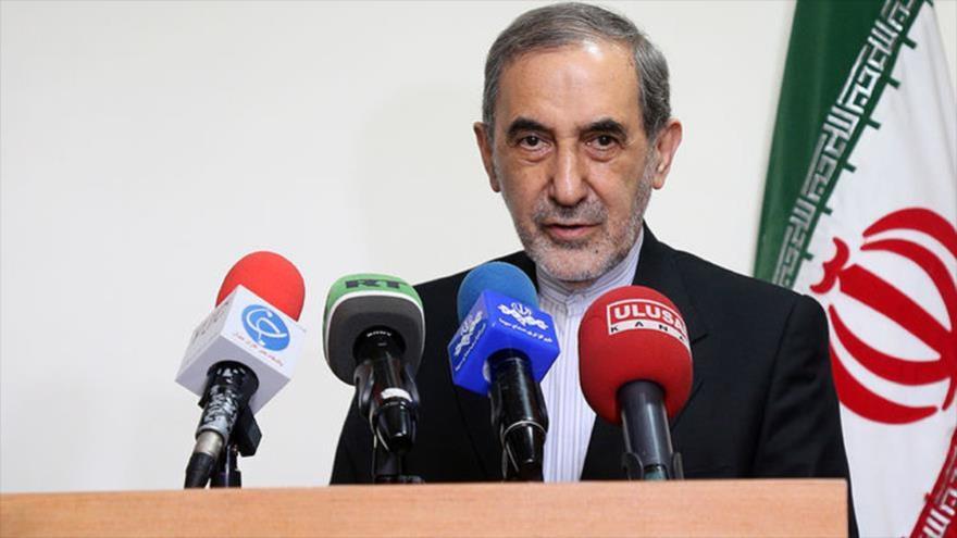 Ali Akbar Velayati, asesor del Líder de la Revolución Islámica de Irán, habla con la prensa tras reunirse con el canciller turcomano, 12 de mayo de 2018.