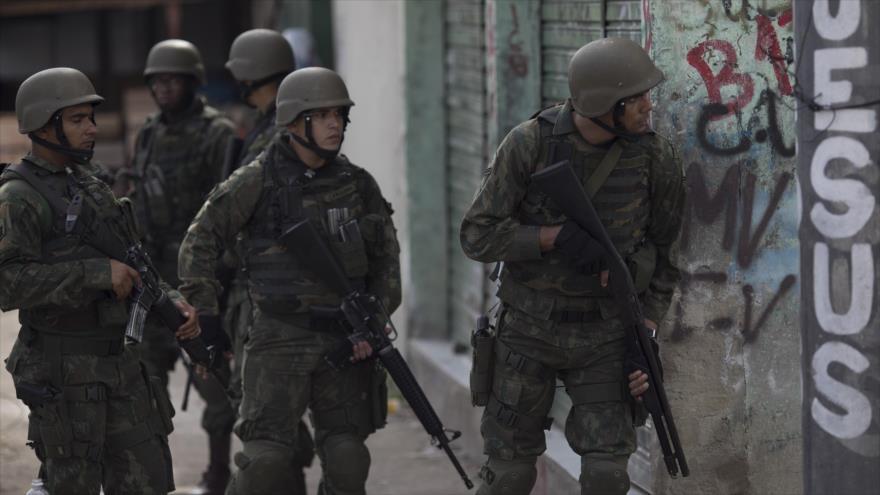 Fuerzas militares de Brasil durante una operación en el estado Río de Janeiro, 24 de febrero de 2018.