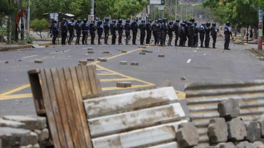 Agentes de la Policía nicaragüense se enfrentan una protesta antigubernamental en Managua, la capital de Nicaragua, 20 de abril de 2018.