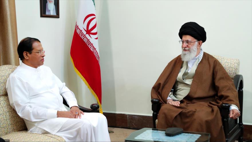 El Líder iraní, el ayatolá Seyed Ali Jamenei (dcha.), se reúne con el presidente de Sri Lanka, Maithripala Sirisena, en Teherán (capital persa), 13 de mayo de 2018.