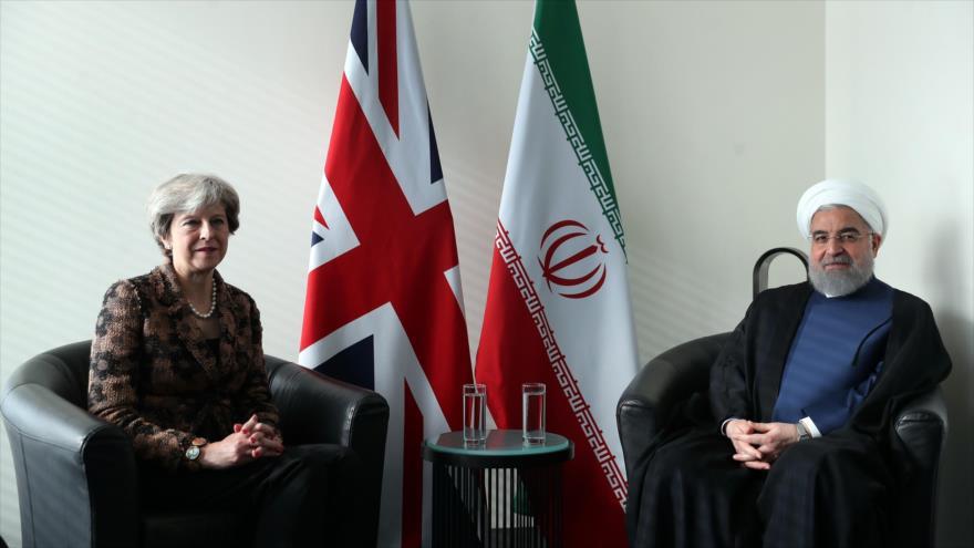 El presidente de Irán, Hasan Rohani, y la primera ministra del Reino Unido, Theresa May, en una reunión en Nueva York, EE.UU., 20 de septiembre de 2017.