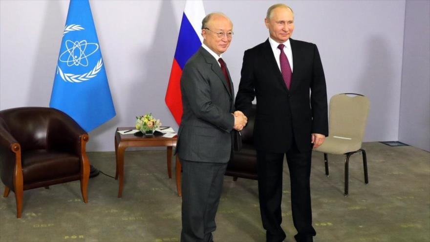 El presidente de Rusia, Vladimir Putin, y el jefe de la Agencia Internacional de Energía Atómica (AIEA), Yukiya Amano.