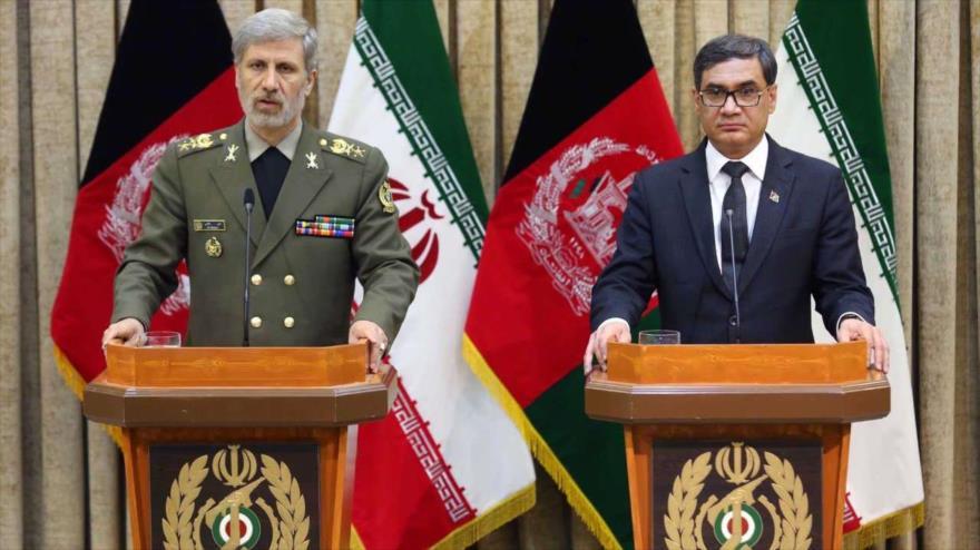 El ministro iraní de Defensa, Amir Hatami (izq.), en una rueda de prensa con su par afgano, Tariq Shah Bahrami, en Teherán, 14 de mayo de 2018.