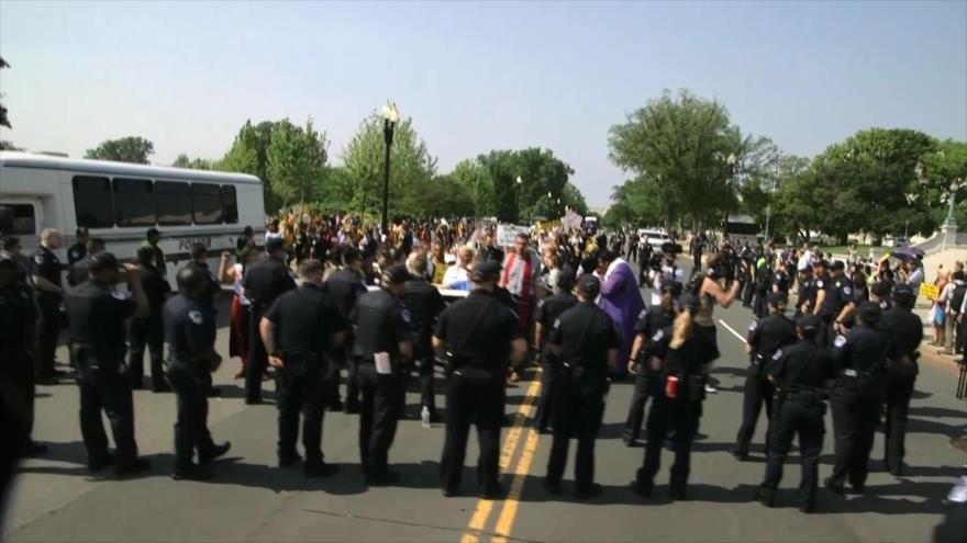 Policía arresta a manifestantes en las afueras del Capitolio de EEUU