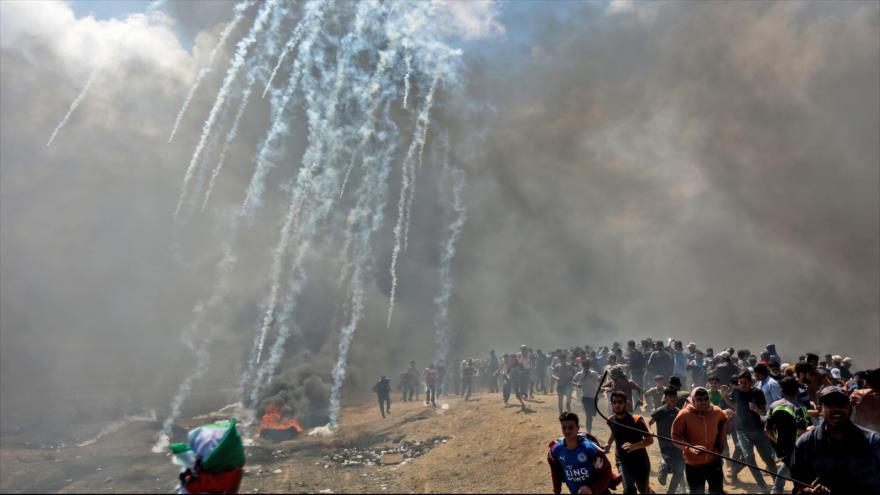 Gases lacrimógenos lanzados por las fuerzas israelíes contra los palestinos en la frontera de Gaza y los territorios ocupados palestinos, 14 de mayo de 2018.