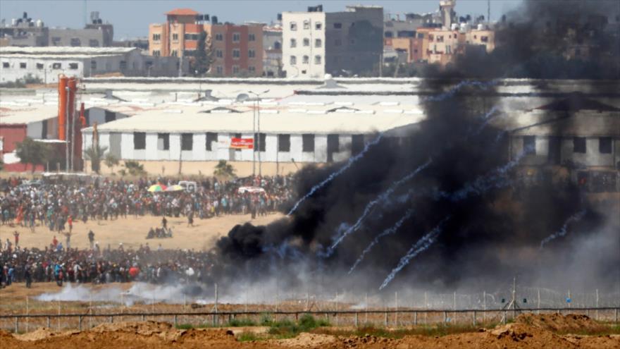 Gases lacrimógenos lanzados por las fuerzas israelíes contra los palestinos en la Franja de Gaza, 14 de mayo de 2018.