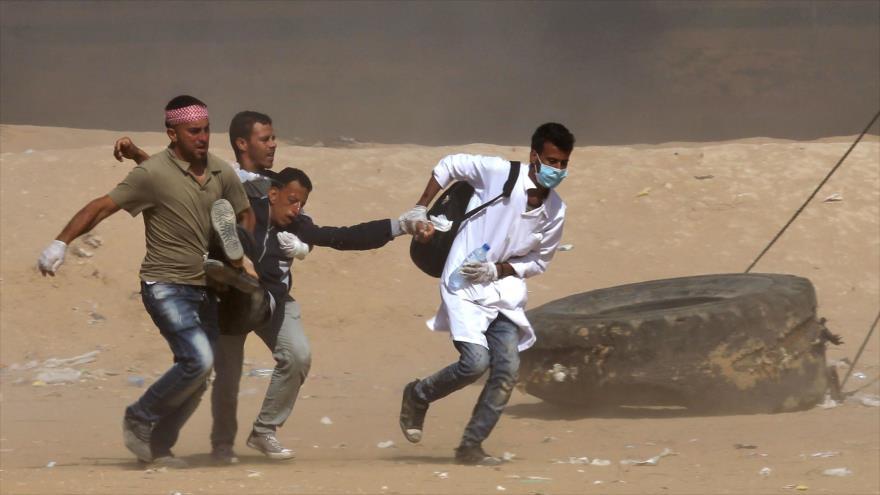 Trasladan a un palestino herido en los enfrentamientos con las fuerzas israelíes en la Franja de Gaza, 15 de mayo de 2018.