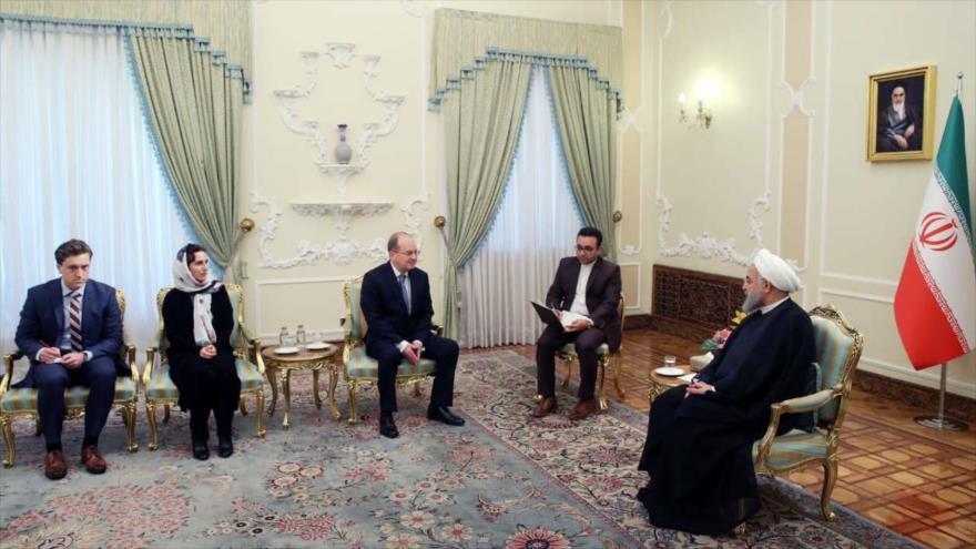 Hasan Rohani (dcha.), presidente de Irán, recibe al nuevo embajador de Nueva Zelanda en el país persa, Hamish MacMaster, Teherán, 15 de mayo de 2018.