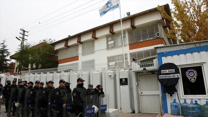 Policías turcos desplegados frente a la embajada del régimen de Israel en Turquía.