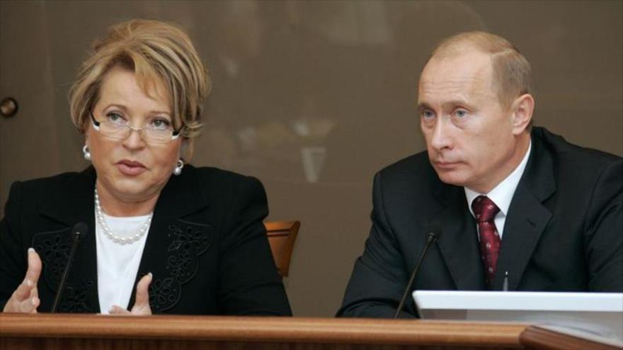 La jefa del Senado de Rusia, Valentina Matvienko (Izq), y el presidente del Gobierno ruso, Vladimir Putin.