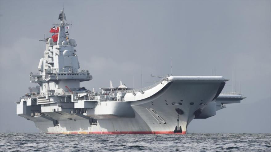 El portaviones de China Liaoning navega por las aguas del estrecho de Taiwán.