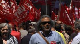 Una cadena humana rodea el Banco de España por pensiones dignas