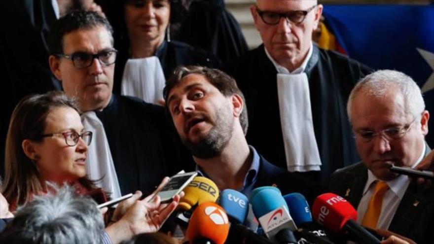 Los exconsejeros catalanes (de izq. a dcha.) Meritxell Serret, Tomi Comín y Lluís Puig hablan con los medios en Bruselas, 16 de mayo de 2018.