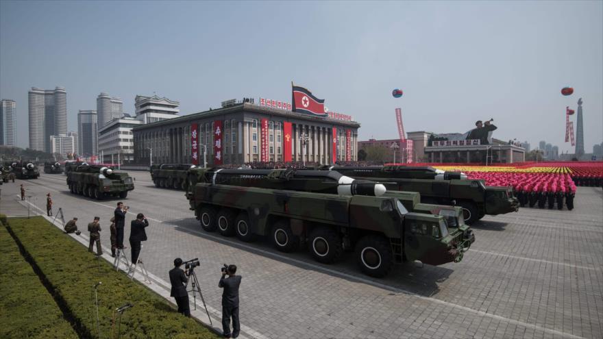 Un lanzador móvil de misiles es exhibido en un desfile militar en la plaza Kim Il-Sung, Pyongyang, capital norcoreana, 15 de abril de 2017.