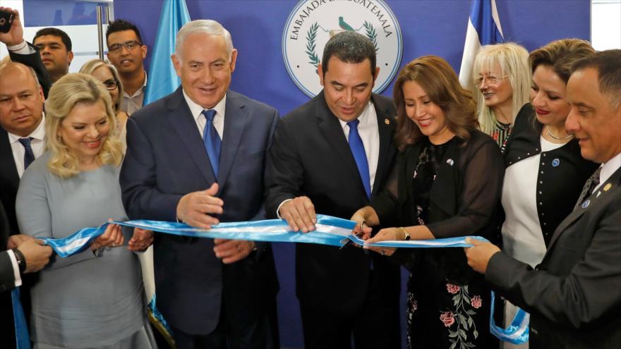 Jimmy Morales (centro dcha.), presidente de Guatemala, junto al primer ministro israelí abren la embajada de Guatemala en Al-Quds, 16 de mayo de 2018.