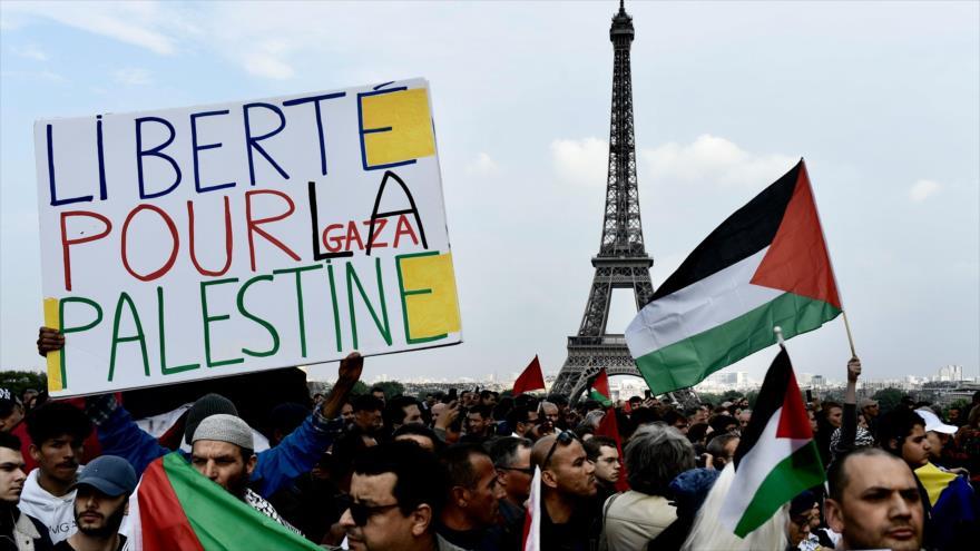 """Manifestantes sostienen banderas palestinas y una pancarta que dice """"Libertad para Palestina"""" en la capital francesa, París, 16 de mayo de 2018."""