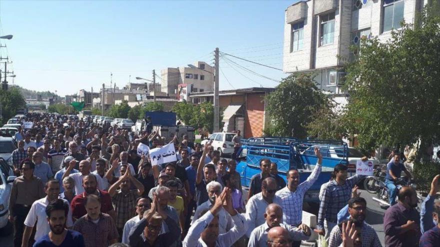 Iraníes se manifiestan contra separación de algunos distritos de la ciudad de Kazerun, norte de la provincia sureña de Fars, 17 de mayo de 2018.