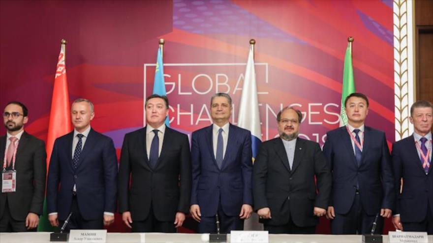 El ministro iraní de Industria, Mohamad Shariatmadari (3º dcha.), en una reunión de la Unión Euroasiática en Astaná, la capital de Kazajistán, 17 de mayo de 2018.