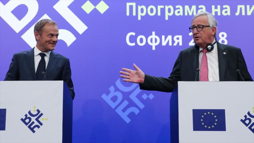 El presidente de la Comisión Europea, Jean-Claude Juncker (dcha.), y el del Consejo Europeo, Donald Tusk, en Sofía, Bulgaria, 17 de mayo de 2018.