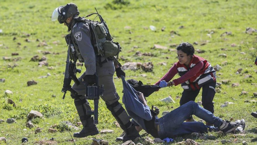 Vídeo: israelíes golpean a médicos que ayudaban a palestinos heridos
