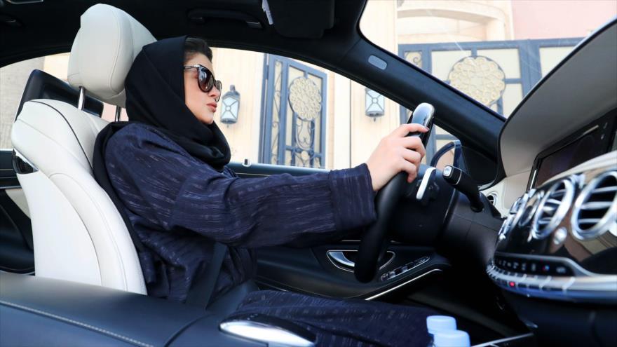 Una mujer saudí realiza prácticas de manejo en Riad, capital, 29 de abril de 2018.