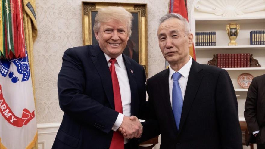 El presidente de EE.UU., Donald Trump (Izq.), estrecha la mano del vice primer ministro chino, Liu He, en la Casa Blanca, 17 de mayo de 2018.