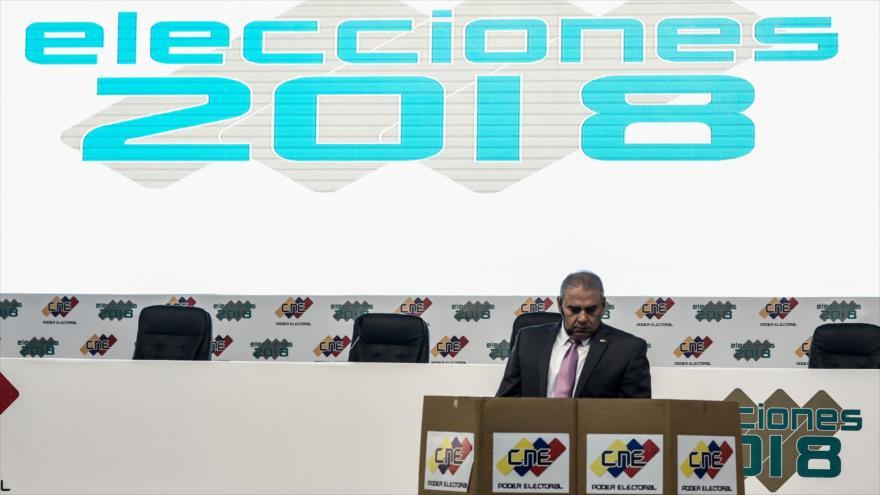 Un hombre trabaja en el centro de prensa y de operaciones del Consejo Nacional Electoral (CNE) para las elecciones presidenciales de Venezuela.