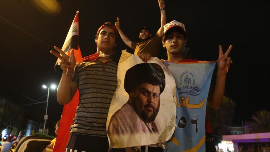 Los iraquíes celebran en Bagdad la victoria del Movimiento Sadr en las elecciones legislativas, 14 de mayo de 2018.