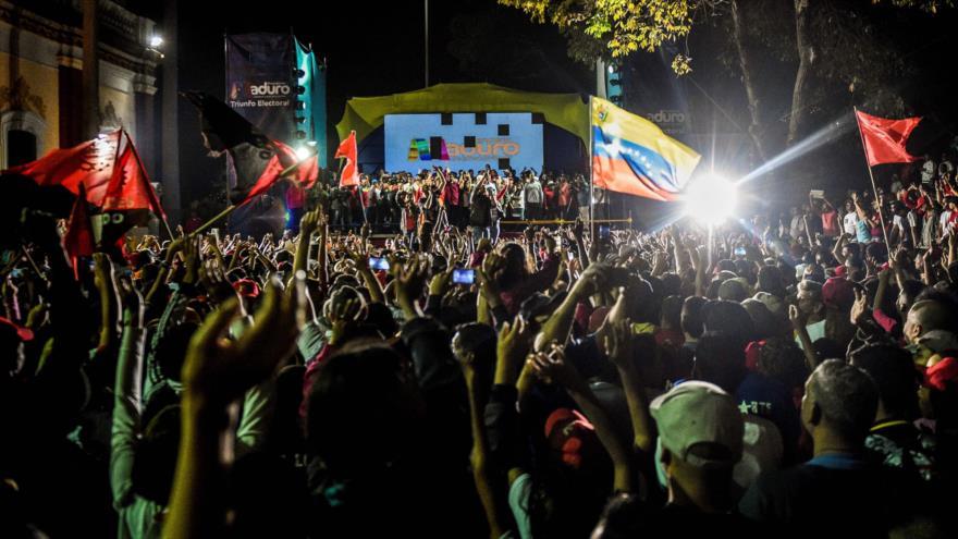 Los seguidores del reelecto presidente de Venezuela, Nicolás Maduro, festejan el triunfo electoral en las inmediaciones del Palacio de Miraflores.