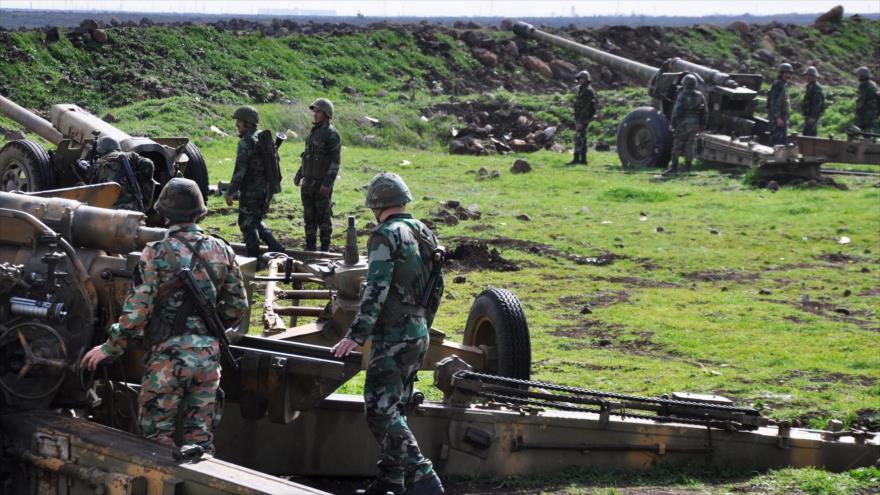 Las fuerzas sirias toman posiciones en una zona entre Talbiseh y Rastan, campos rurales de Homs, 1 de marzo de 2018.