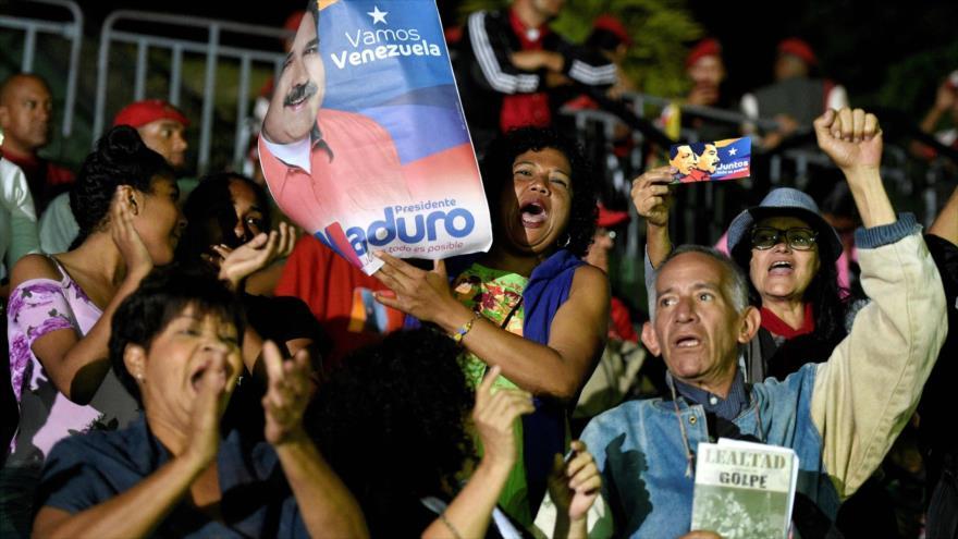 Los venezolanos expresan su apoyo al presidente Nicolás Maduro esperando el anuncio de los resultados electorales, 20 de mayo de 2018.