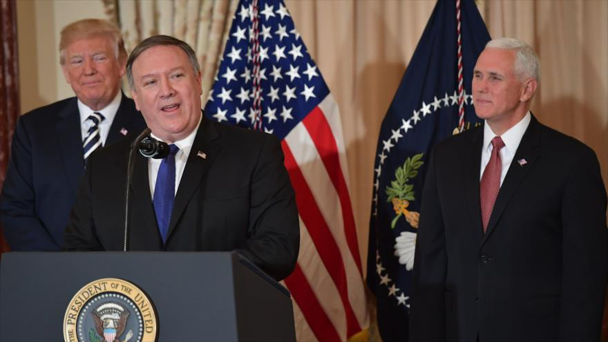 EL secretario de Estado de EE.UU., Mike Pompeo, da un discurso tras jurar su cargo ante el presidente Donald Trump (detrás de él), 2 de mayo de 2018.