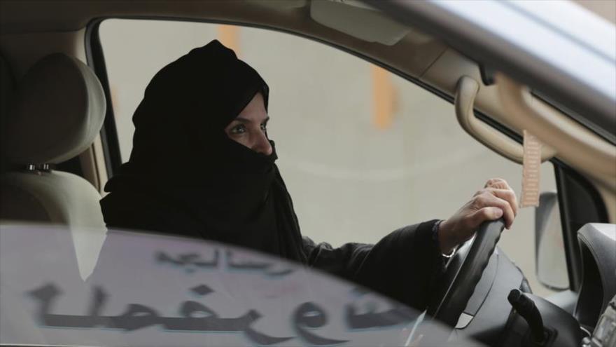 Una activista saudí conduciendo un coche.