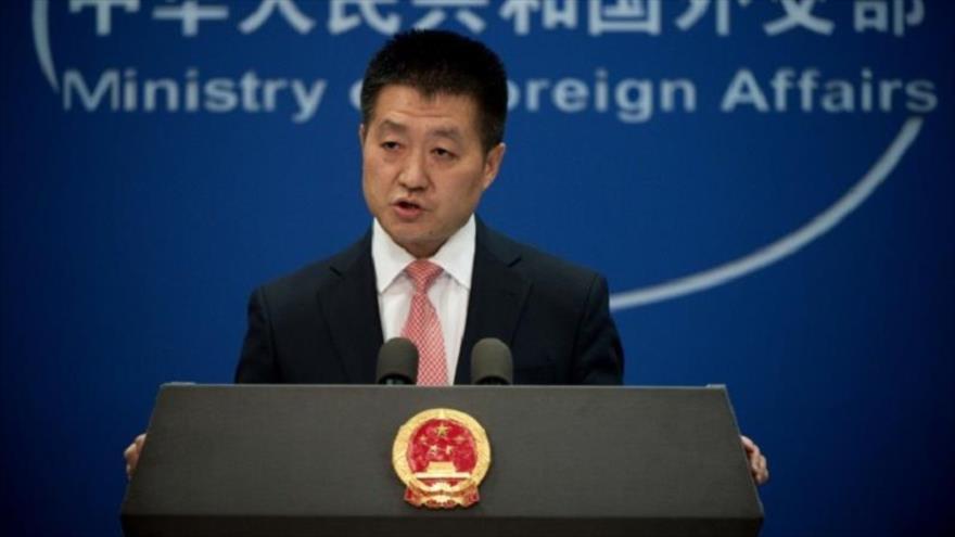 El portavoz de la Cancillería china, Lu Kang, habla en una rueda de prensa desde Pekín, la capital.