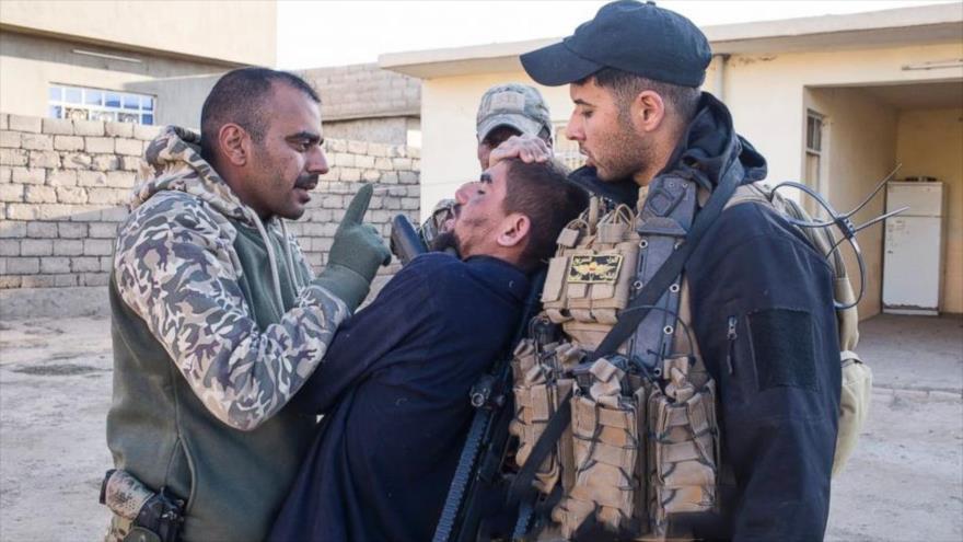 Vídeo: Civiles sirios se vengan a patadas de un miembro de Daesh