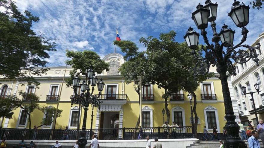 Expulsa a dos diplomáticos venezolanos y les da 48 horas para marcharse