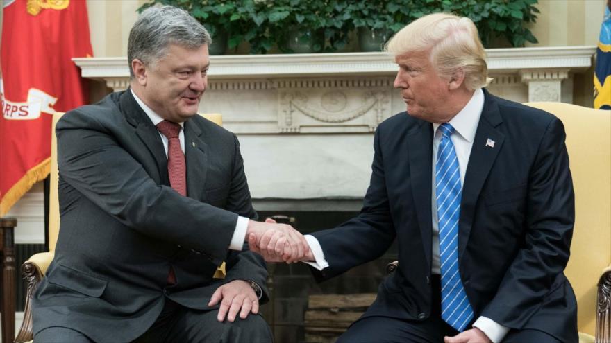 El presidente de EE.UU., Donald Trump (dcha.), estrecha la mano de su par ucraniano, Petro Poroshenko, en la Casa Blanca en Washington, 20 de junio de 2017.