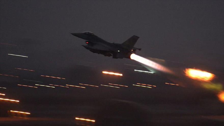 Un avión de combate F-16 de la llamada coalición anti-EIIL (Daesh, en árabe), dirigida por Estados Unidos.