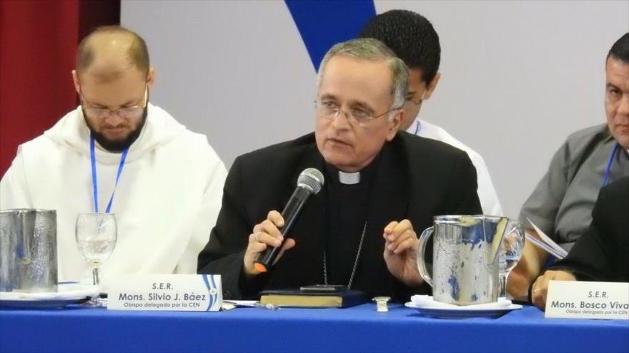 El cardenal Leopoldo Brenes (centro) anuncia suspensión de diálogos entre el Gobierno y la oposición en Nicaragua, 23 de mayo de 2018.