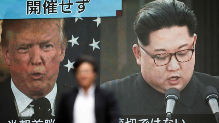 Una pantalla en Tokio, capital nipona, reporta la decisión del presidente de EE.UU, de cancelar su cumbre con el líder norcoreano, 25 de mayo de 2018.