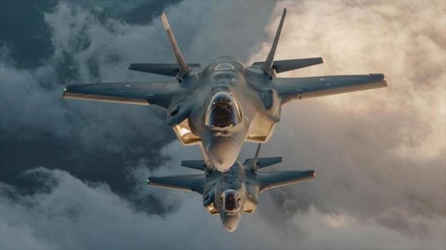 Cazas F-35 de la Fuerza Aérea estadounidense durante una maniobra militar.