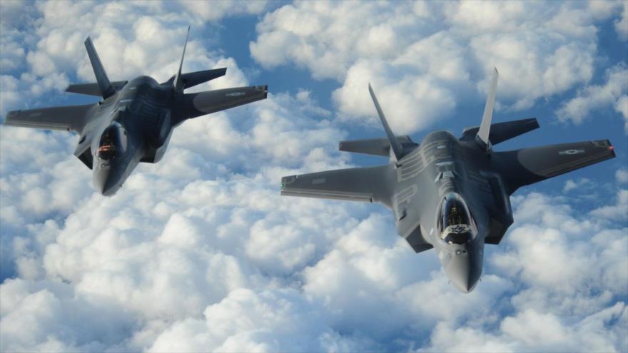 Dos cazas israelíes F-35 vuelan en formación y muestran banderas estadounidenses e israelíes, 6 de diciembre de 2016.
