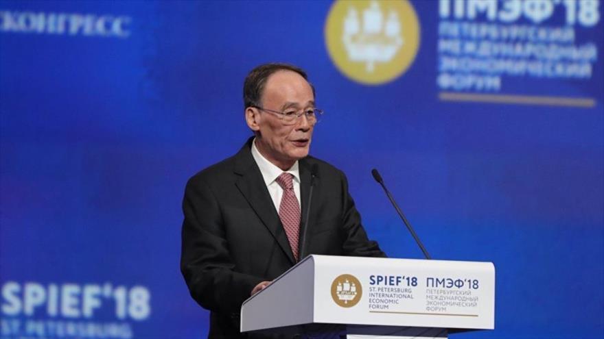 El vicepresidente de China, Wang Qishan, habla en el Foro Económico Internacional de San Petersburgo, Rusia, 25 de mayo de 2018.