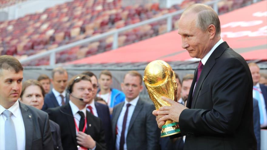 El presidente de Rusia, Vladimir Putin, sostiene el trofeo de la Copa Mundial, durante una ceremonia en Moscú, 9 de septiembre de 2017.