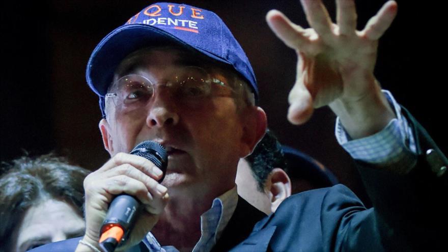 El expresidente colombiano Álvaro Uribe habla durante una campaña electoral del partido Centro Democrático, Bogotá, 4 de marzo de 2018.