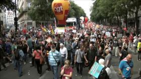 Franceses protestan en París contra políticas brutales de Macron